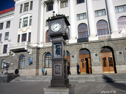 Часы у входа в Управление Железной Дороги.