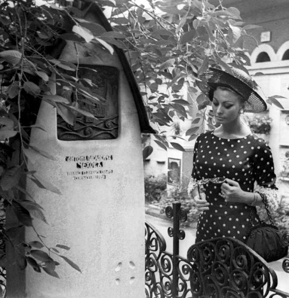 Софи Лорен на могиле А.П.Чехова. Москва, Новодевичье.