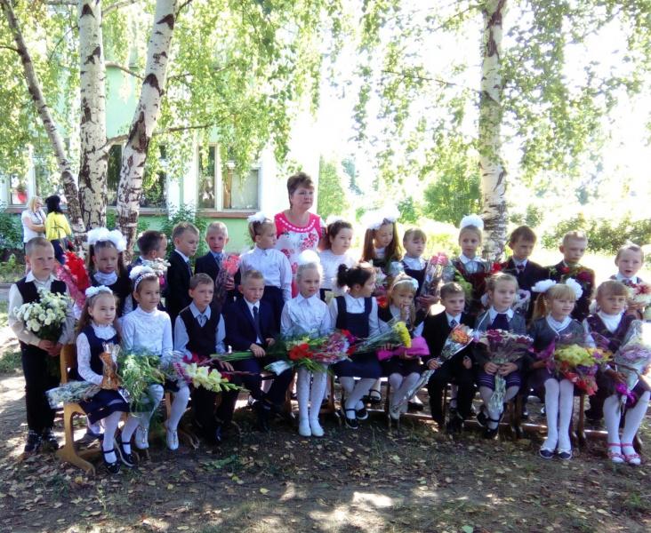 Поколение школьников 2-х тысячных...Фото с первой учительницей (второй класс гимназии).