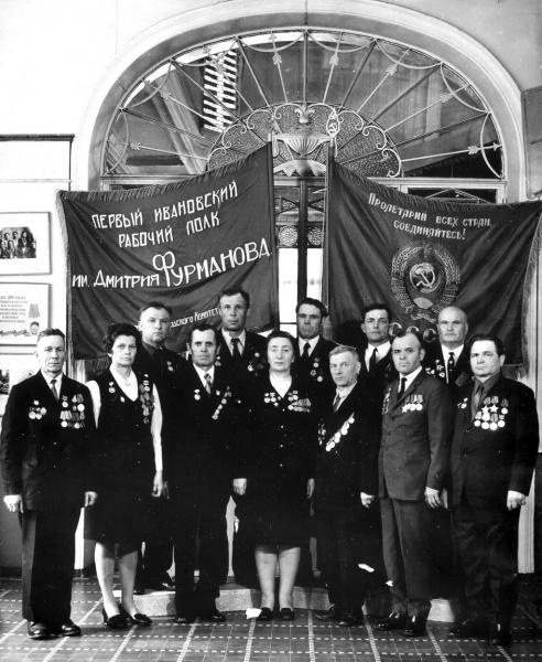 У Святыни Ивановской земли. 1975 г. СЕНЬКОВ А.Г.-крайний справа.