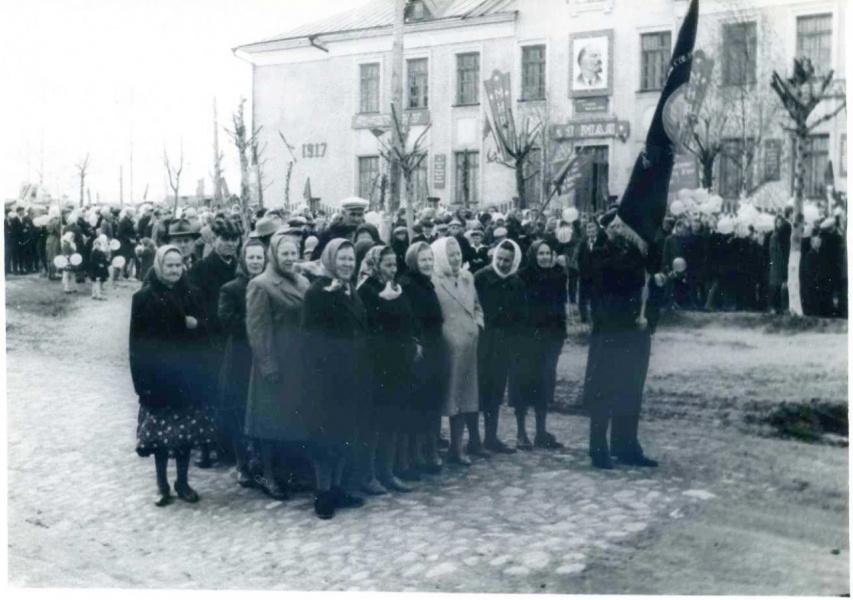 1 МАЯ 1967 года. Ветераны-коммунисты льнокомбината в первых рядах.