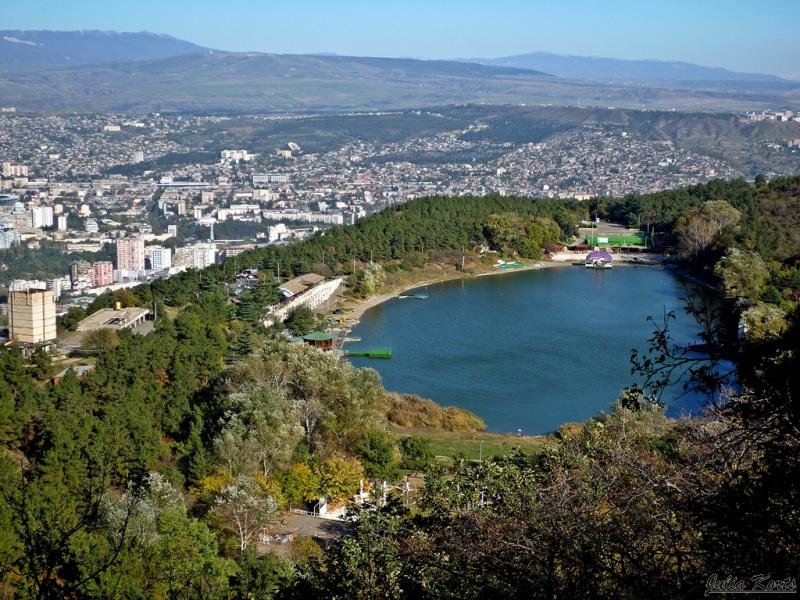 Черепашье озеро — небольшое озеро, расположенное в трёх км на юго-запад от Тбилиси на северном склоне горы Мтацминда. Название озера произошло от обилия черепах, ранее обитавших в этих местах