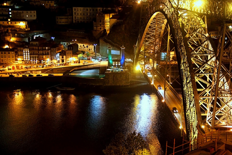 Вид на мост Луиша I и набережную города Порту в вечернем освещении