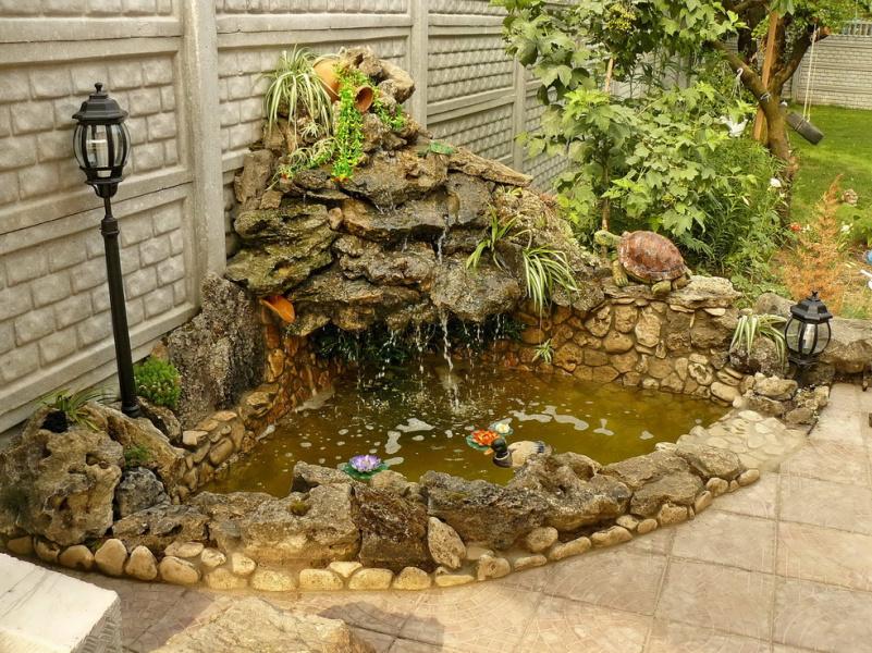 Бассейн с гротом, водопадом и подсветкой.