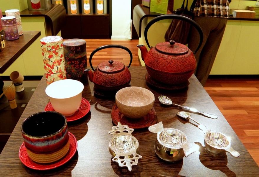 В чайном магазине (всё готово для дегустации чая) - 2 снимка