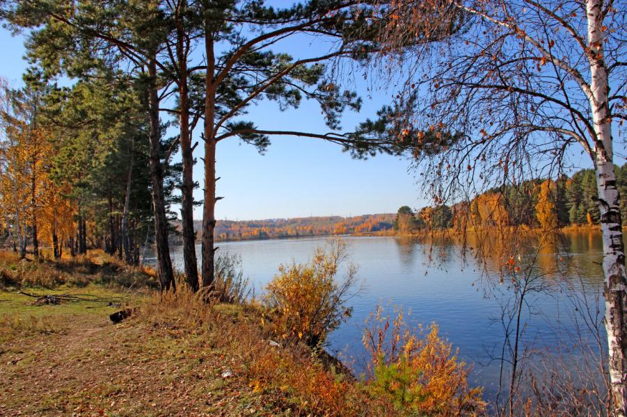 На реке гуляет осень