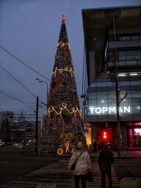 Еле нашла в своем районе наряженную елку, уф! Всех с наступившим Новым годом! Ура!